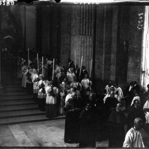 La canonisation de Jeanne d'Arc à Rome entrée des évêques à Saint Pierre au 1er plan