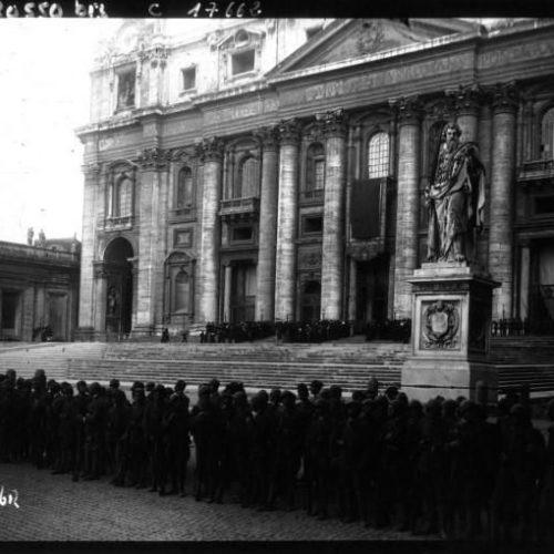 La canonisation de Jeanne d'Arc à Rome la foule devant Saint Pierre de Rome