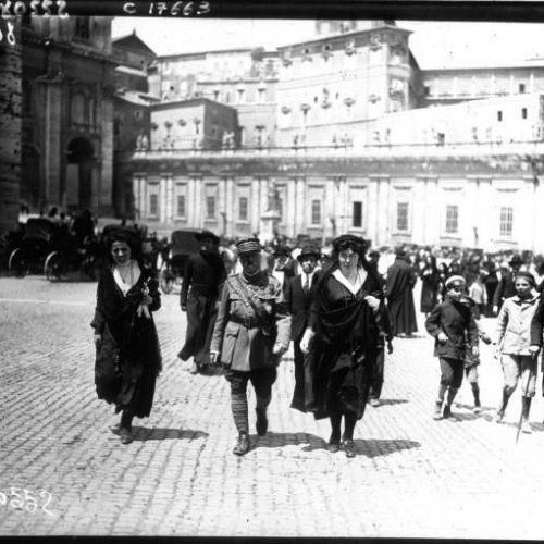 La canonisation de Jeanne d'Arc à Rome le Général de Castelnau sortant de Saint Pierre