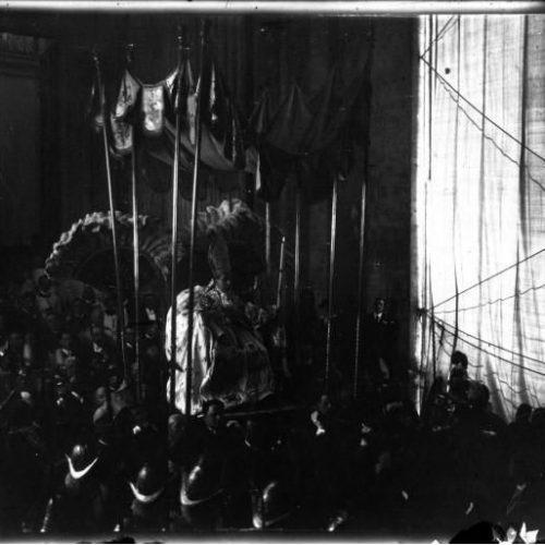 La canonisatioyn de Jeanne d'Arc à Rome entrée du pape à Saint Pierre